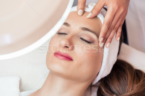 Femme souriante avantages vue visage massage Photo stock © Kzenon