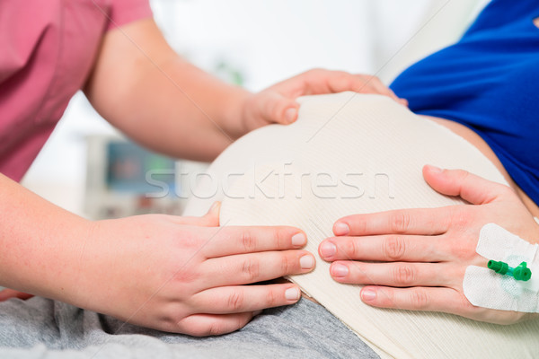 Enfermeira sentimento bebê barriga mulher grávida entrega Foto stock © Kzenon