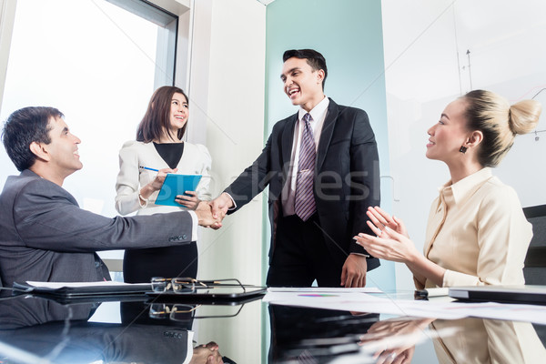 Zakenlieden handen schudden geslaagd deal asian zakenmannen Stockfoto © Kzenon