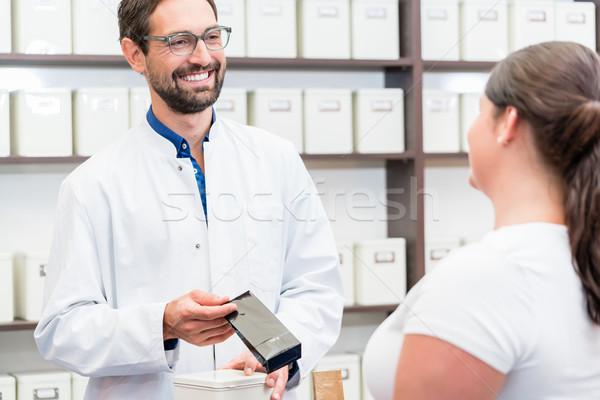 Kadın alışveriş alternatif ilaçlar kadın çalışma Stok fotoğraf © Kzenon