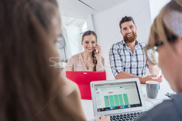 Actief vrouwelijke ondernemer praten mobiele bureau Stockfoto © Kzenon