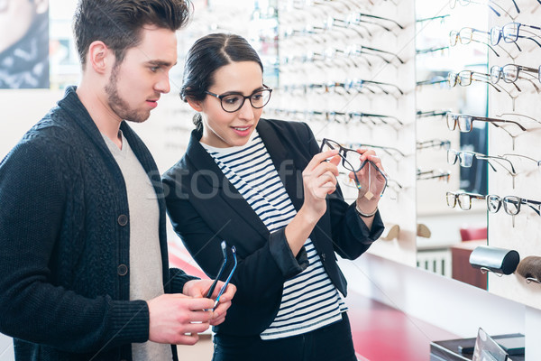 Kobieta człowiek zakupu okulary optyk sklep Zdjęcia stock © Kzenon