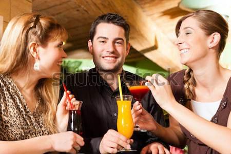 Mensen club bar drinken cocktails jongeren Stockfoto © Kzenon