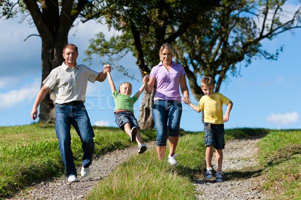 Famille extérieur courir saleté chemin famille heureuse Photo stock © Kzenon