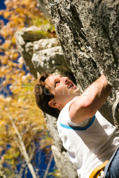 Rotsklimmen man klimmen rock kort najaar Stockfoto © Kzenon