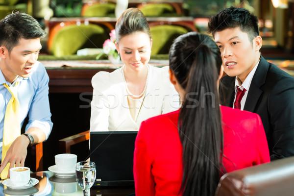 ázsiai üzletemberek megbeszélés hotel lobbi négy Stock fotó © Kzenon
