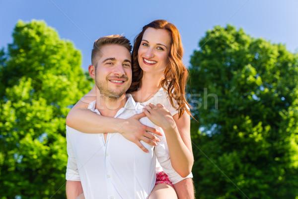 Homem mulher piggyback parque casal Foto stock © Kzenon
