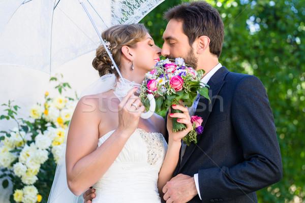 Menyasszonyi pár átkarol egyéb nyár kert Stock fotó © Kzenon