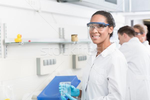 Kadın laboratuvar teknisyen güvenlik gözlük laboratuvar Stok fotoğraf © Kzenon