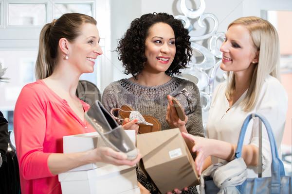 Barátok vásárlás utazás megbeszél szandál vásárol Stock fotó © Kzenon