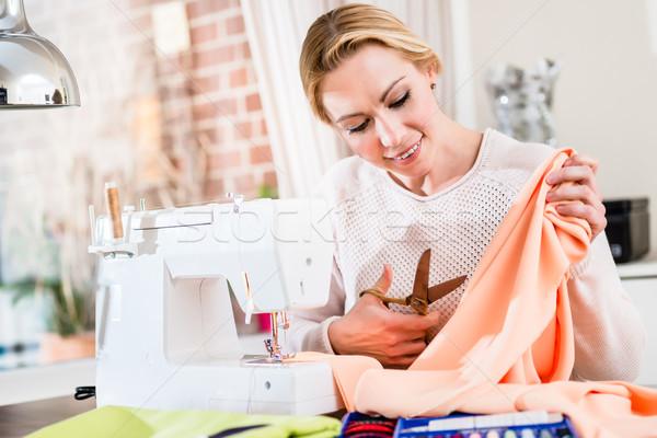 Vrouwelijke kleermaker weefsel portret dame Stockfoto © Kzenon