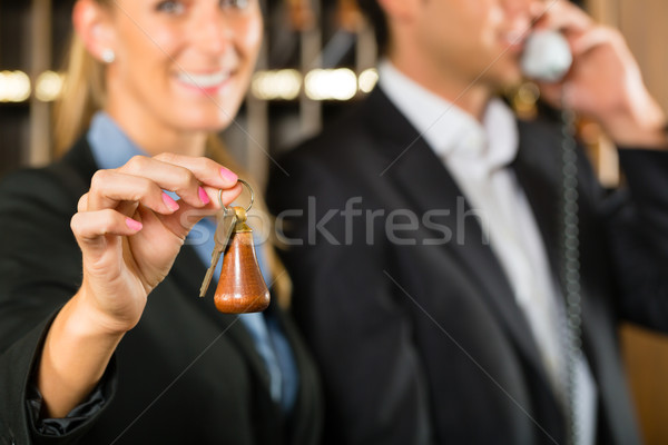 Recepcji hotel kobieta kluczowych człowiek stałego Zdjęcia stock © Kzenon