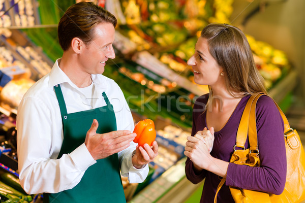 Photo stock: Femme · supermarché · magasin · assistant · légumes · plateau
