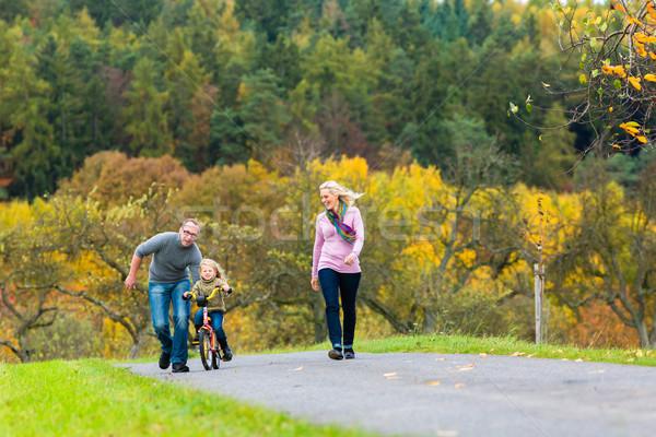 Menina aprendizagem ciclismo cair outono parque Foto stock © Kzenon