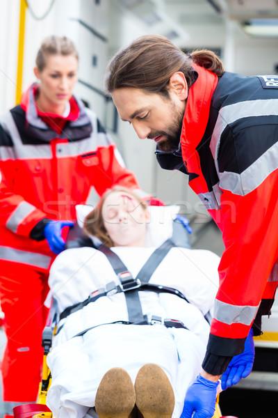 Ambulance aider blessés femme urgence médecin Photo stock © Kzenon
