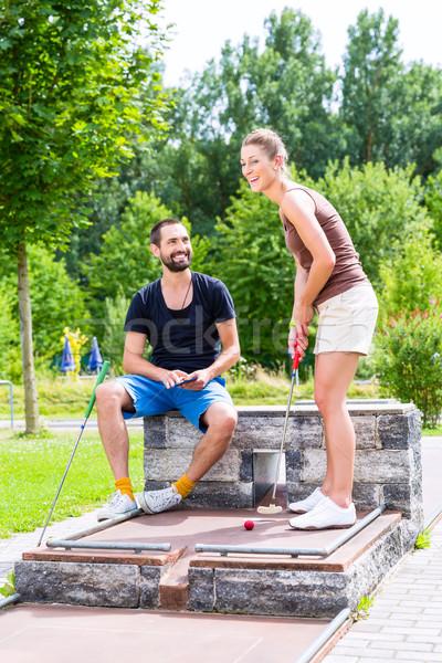 Paar spelen samen miniatuur golf vrouw Stockfoto © Kzenon