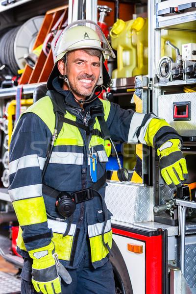 Tűz vadászrepülő ruházat dől tűzoltóautó egyenruha Stock fotó © Kzenon
