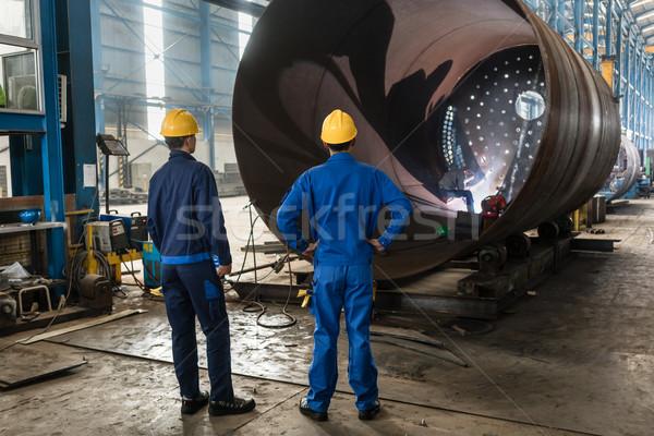 Werknemers metalen cilinder twee ervaren interieur Stockfoto © Kzenon