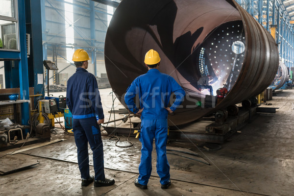 Trabalhadores metálico cilindro dois experiente interior Foto stock © Kzenon
