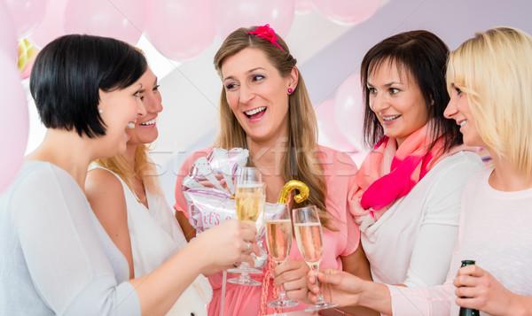 Mejores amigos mujeres bebé ducha champán Foto stock © Kzenon