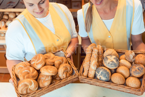 Verkoop vrouwen bakkerij presenteren vers brood Stockfoto © Kzenon