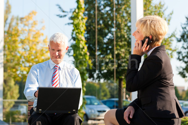 üzletemberek dolgozik kint laptop hív valaki Stock fotó © Kzenon