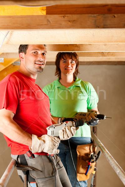 Casal melhoramento da casa mão três de um tipo em pé Foto stock © Kzenon