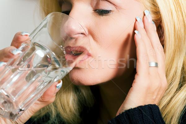 Fájdalomcsillapító nő fejfájás pohár víz üveg Stock fotó © Kzenon