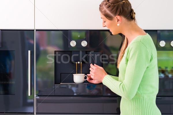 Femme automatique maison maison café Photo stock © Kzenon