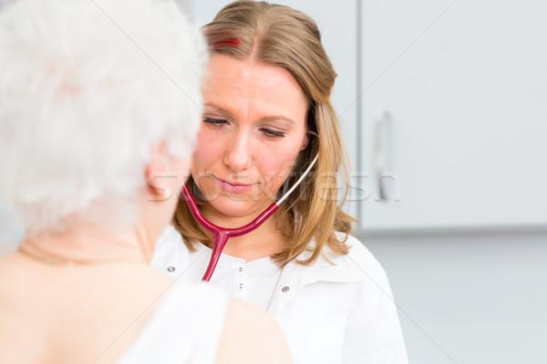 Orvos idős beteg gyakorlat női lélegzet Stock fotó © Kzenon