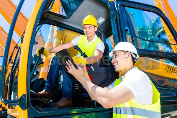 ázsiai építkezés sofőr megbeszél mérnök tervrajzok Stock fotó © Kzenon
