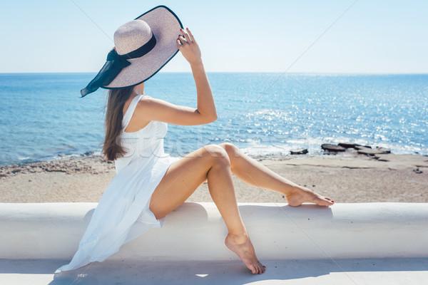 Mulher sessão sol grego praia olhando Foto stock © Kzenon