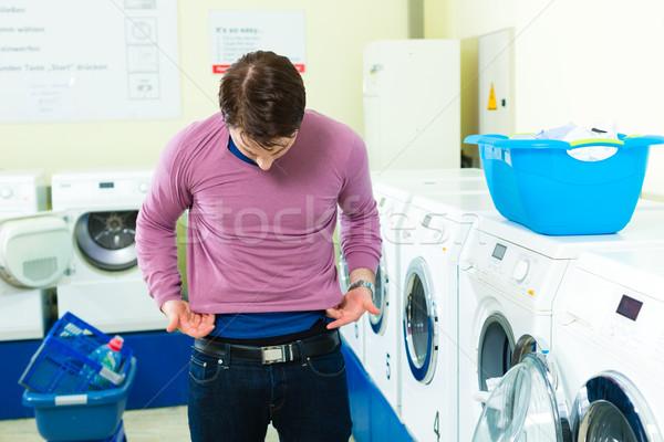 étudiant buanderie chandail jeune homme lavage sale Photo stock © Kzenon