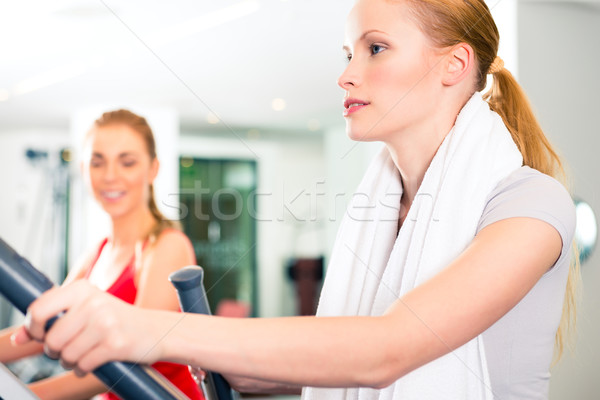Mujeres cardio formación gimnasio dos las mujeres jóvenes Foto stock © Kzenon