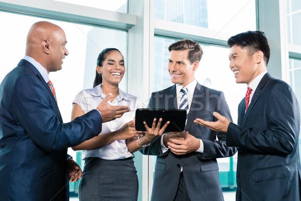 Informal gente de negocios mesa ordenador ventana Foto stock © Kzenon