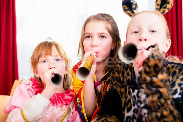 Gyerekek készít zaj buli néz család Stock fotó © Kzenon