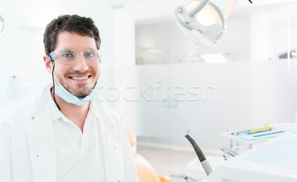 Dentista em pé cirurgia dentária médico trabalhando retrato Foto stock © Kzenon