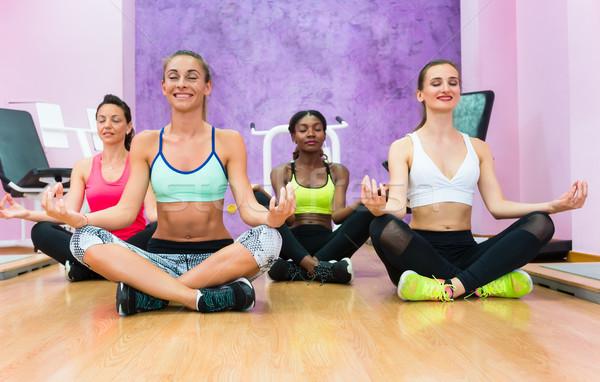 Mulheres sessão lótus posição relaxante exercer Foto stock © Kzenon
