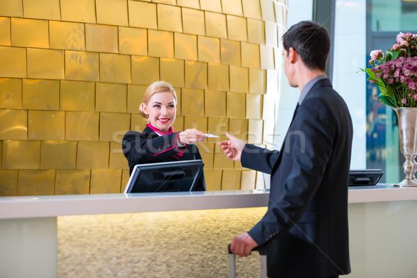 Hotel receptionist verificare uomo chiave carta Foto d'archivio © Kzenon