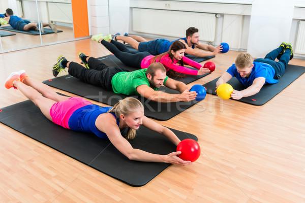 Treningu grupy sala gimnastyczna fizjoterapia mężczyzn kobiet Zdjęcia stock © Kzenon