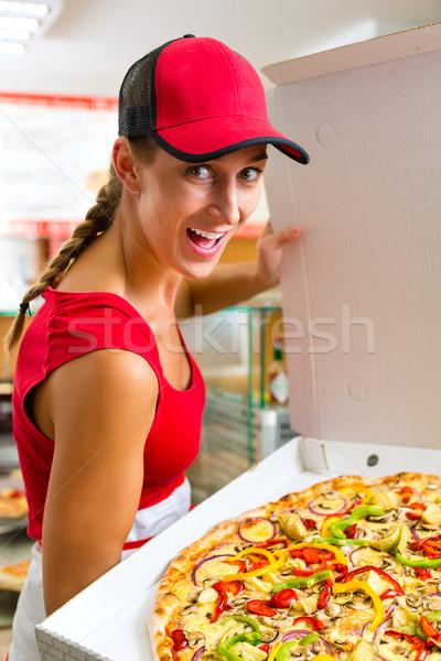 Kadın bütün pizza el Stok fotoğraf © Kzenon
