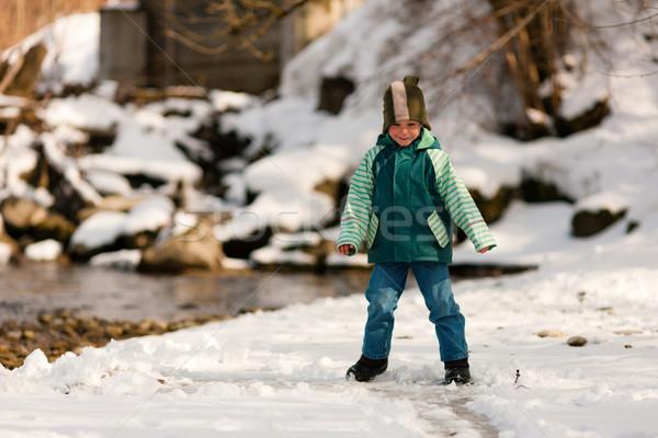Jongen sneeuw rivier winter weinig lopen Stockfoto © Kzenon