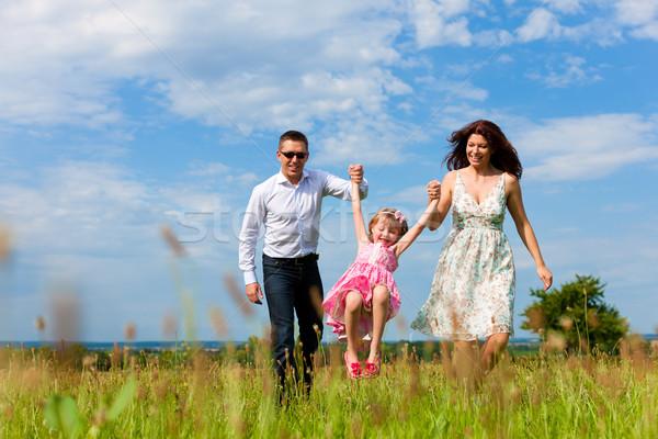 Boldog család fut legelő nyár anya apa Stock fotó © Kzenon
