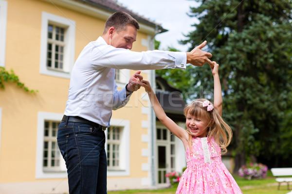 Apa játszik lánygyermek legelő család ügyek Stock fotó © Kzenon