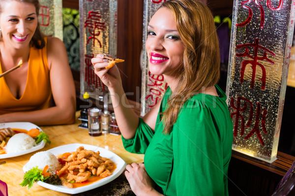 Jeunes manger Asie restaurant femmes couple Photo stock © Kzenon