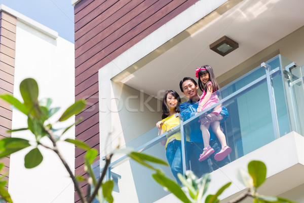 Asian famille enfant permanent maison balcon Photo stock © Kzenon