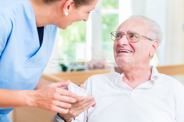 Enfermeira senior homem medicamentos mulher casa Foto stock © Kzenon