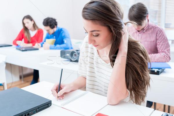 Studente donna iscritto test seminario stanza Foto d'archivio © Kzenon