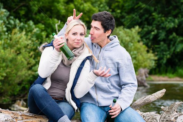 Szerelmespár vakáció ül sör üvegek boldog Stock fotó © Kzenon