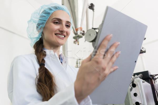 Vrouw expert informatie tablet werk vrouwelijke Stockfoto © Kzenon